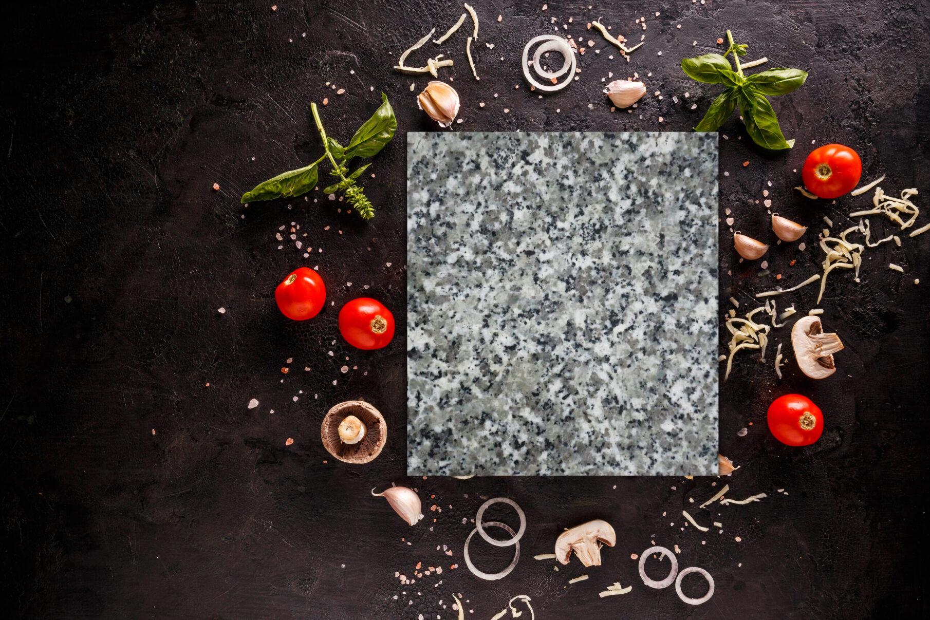Kamień granitowy do pizzy na czarnym tle