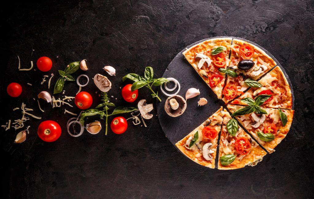 Pizza na talerzu łupkowym