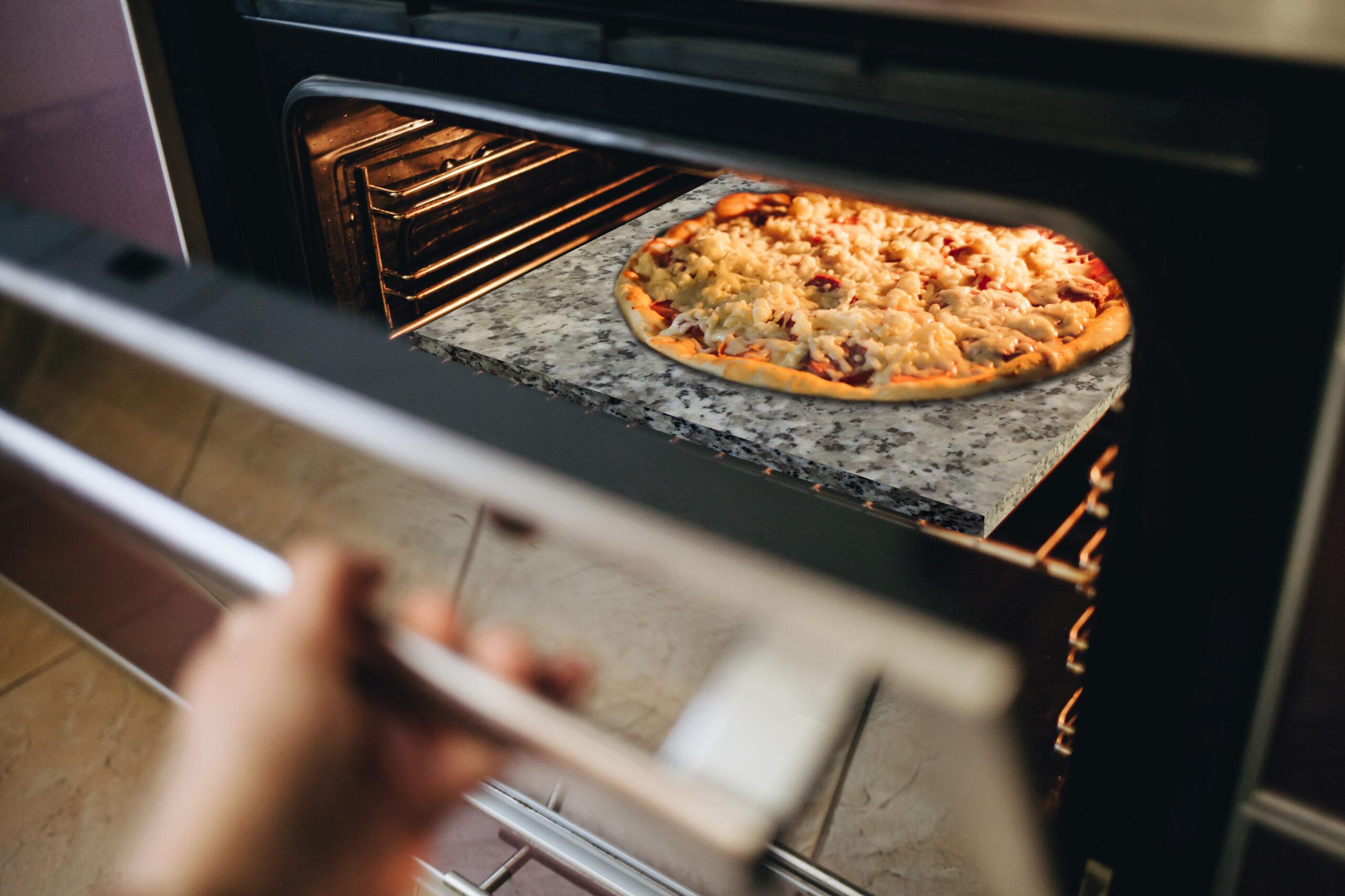 Granitowy kamień do pizzy umieszczony w piekarniaki
